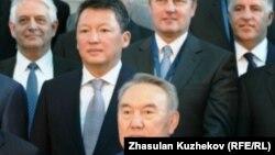 Президент Казахстана Нурсултан Назарбаев фотографируется вместе с участниками Совета иностранных инвесторов, рядом слева - его зять Тимур Кулибаев. Астана, 18 мая 2011 года.