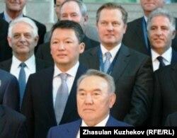 Қазақстан президенті Нұрсұлтан Назарбаевтың (төменгі қатарда) шетелдік инвесторлармен және күйеубаласы Тимур Құлыбаевпен (екінші қатарда жалғыз тұр) түскен суреті. Астана, 18 мамыр 2011 жыл.