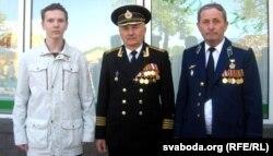 Гісторык з Калінкавічаў Уладзімер Лякін (у цэнтры) з сынам Георгіем і братам Леанідам, архіўнае фота