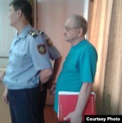 Александр Харламовтың (оң жақта) сот залында тұрған сәті. Шығыс Қазақстан облысы Риддер қаласы, 2 тамыз 2013 жыл.