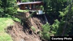 От разгула стихии пострадали не только центральные районы Тбилиси, но и окрестности столицы. В Дидгорском районе сошел масштабный оползень, который снес единственную магистраль, соединяющую несколько поселков