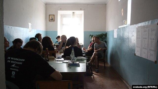 Мастакі слухаюць лекцыю па беларускай міталёгіі праз інтэрнэт