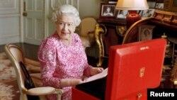 Королева Великобритании в своих частных апартаментах в Букингемском дворце
