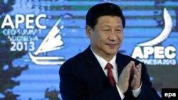 شی جینپینگ در نشست «همکاری آسیا-اقیانوسیه» در اکتبر سال ۲۰۱۳ میلادی. آقای شی از سال ۲۰۱۲ رهبری چین را بر عهده دارد