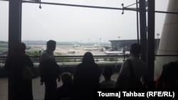 شماری از مردم در فرودگاه کوالالامپور چندی پس از ناپدیدشدن هواپیما؛ برخی از بستگان سرنشینان هواپیما تا مدتها امیدوار بودند که هواپیما جایی فرود آمده و عزیزان آنها هنوز زندهاند
