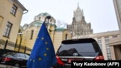 Mașinile unor ambasadori, parcate la sediul Ministerului de Externe din Moscova. (2018)