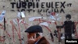 "Čovek prolazi ispred grafita ""Sramota EULEX-a"" u Prištini"