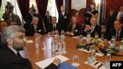 مذاکرات نمايندگان کشورهای ۱+۵ با ايران در ويلايی در حومه ژنودر سال گذشته. در این مذاکرات نماینده آمریکا نیز حضور داشت