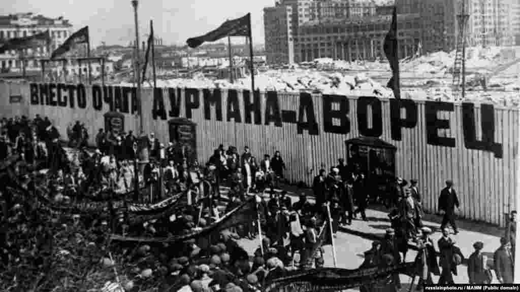 На Волхонке, возле места строительства Дворца Советов (на месте первого Храма Христа Спасителя),1932