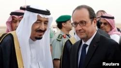Саудия Арабистони қироли Салмон Ар Риёд аэропортида Франция президенти Франсуа Олландни кутиб олмоқда.