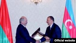 Президенты Ильхам Алиев (справа) и Александр Лукашенко, Баку, 3 июня 2010
