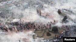 Թուրքիա - Ոստիկանությունը արցունքաբեր գազ է կիրառում Ստամբուլի Թաքսիմ հրապարակում հավաքված ցուցարարների դեմ, 11-ը հունիսի, 2013թ.