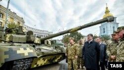 Петро Порошенко оглядає зразки військової техніки в Києві