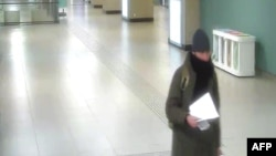 تصویری از انیس عامری در ۲۱ دسامبر به هنگام ورود به ایستگاه قطار بروکسل در ساعت ۱۹ به وقت محلی . وی ساعت ۲۱ بروکسل را با قطار ترک کرده بود.
