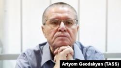 Бывший министр экономического развития РФ Алексей Улюкаев, обвиняемый в вымогательстве взятки.