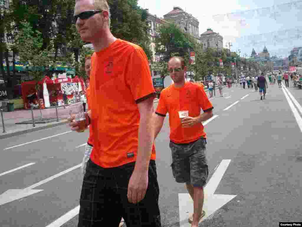 Голландия құрамасы жарысты аяқтаса да, жанкүйерлері Киевте жүр. 22 маусым 2012 жыл.