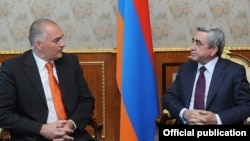 Президент Армении Серж Саргсян и содокладчик ПАСЕ по вопросу Армении Аксель Фишер (слева), Ереван, 20 июля 2011 г.