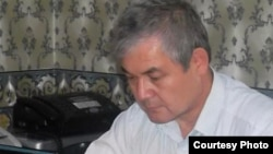 Уәлихан Қайсар Азаттық ұйымдастырған онлайн-конференцияда отыр. Астана, 4 қазан 2012 жыл.