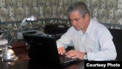 Оппозиционный политик Уалихан Кайсаров отвечает на вопросы онлайн-конференции. Астана, 4 октября 2012 года.