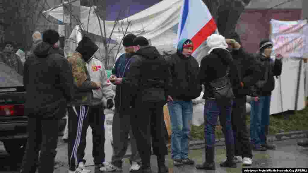 Проросійські активісти біля бази кримського «Беркуту», Сімферополь, 27 лютого