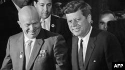 ABŞ prezidenti John Fitzgerald Kennedy (sağda) və SSRİ lideri Nikita Xruşşov. 3 iyun 1961-ci il
