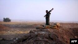 Курдський боєць на позиції неподалік Ґвера (жовтень 2014 року)