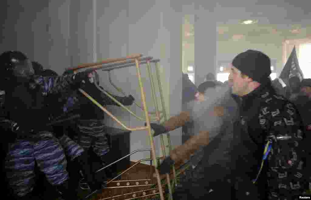 Ukraine - Vinnytsia - Anti-government protesters (R) clash with Interior Ministry members at the regional administration headquarters as they attempt to take over during a rally in the town of Vinnytsia, some 200 km (124 miles) southwest of Kiev January 25, 2014. Ukr