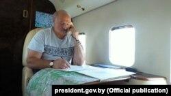 Аляксандар Лукашэнка размаўляе па тэлефоне ў верталёце, 2017 год