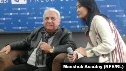 Төнжер Жүженоғлы (сол жақта) баспасөз конференциясында отыр. Алматы, 27 қазан 2016 жыл.