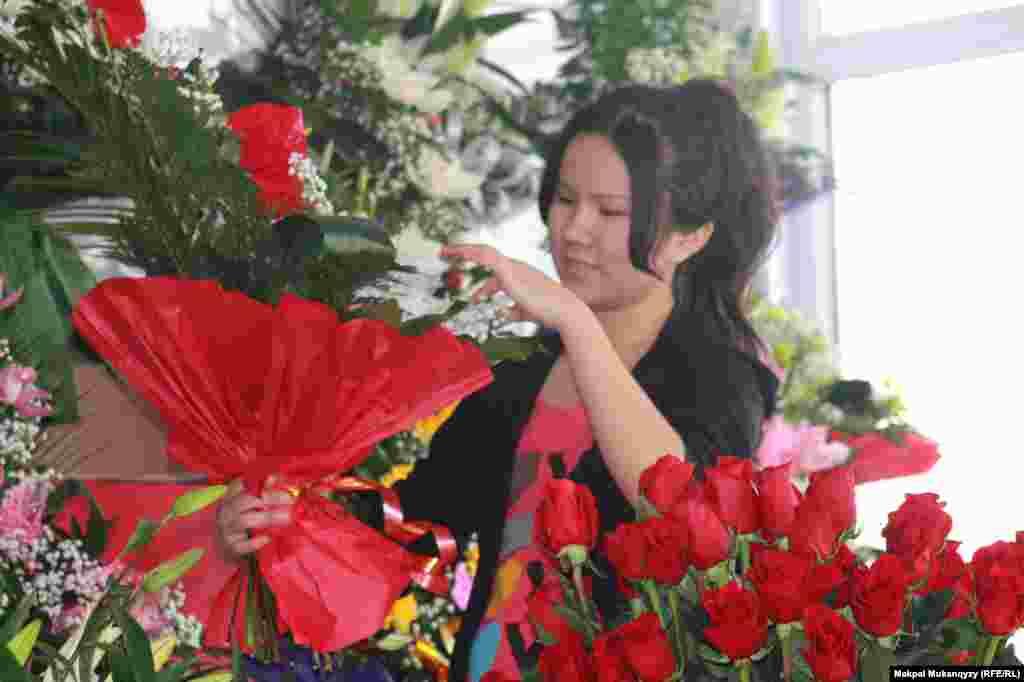 18-летняя флористка Эльмира Сюйимова мечтает открыть медицинскую клинику с высокими стандартами качества обслуживания. Алматы, 6 марта 2013 года.