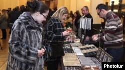 Armenian - Syrian Armenians sell jewelry items and other handicrafts manufactured by them at an annual government-sponsored fair in Yerevan, 8Dec2016.