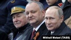 Президент Росії Володимир Путін (п) і президент Молдови Ігор Додон (у центрі) на параді в Москві, Росія, 9 травня 2017 року