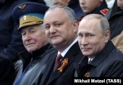 Президент Молдови Ігор Додон (у центрі) і президент Росії Володимир Путін (праворуч) на військовому параді в Москві 9 травня 2017 року