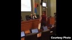 Скриншот видео, на котором депутатам вручают туалетную бумагу
