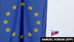 Флаги Европейского союза и Словакии. Иллюстративное фото.