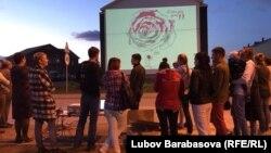 Жители микрорайона и художники обсуждают очередное граффити