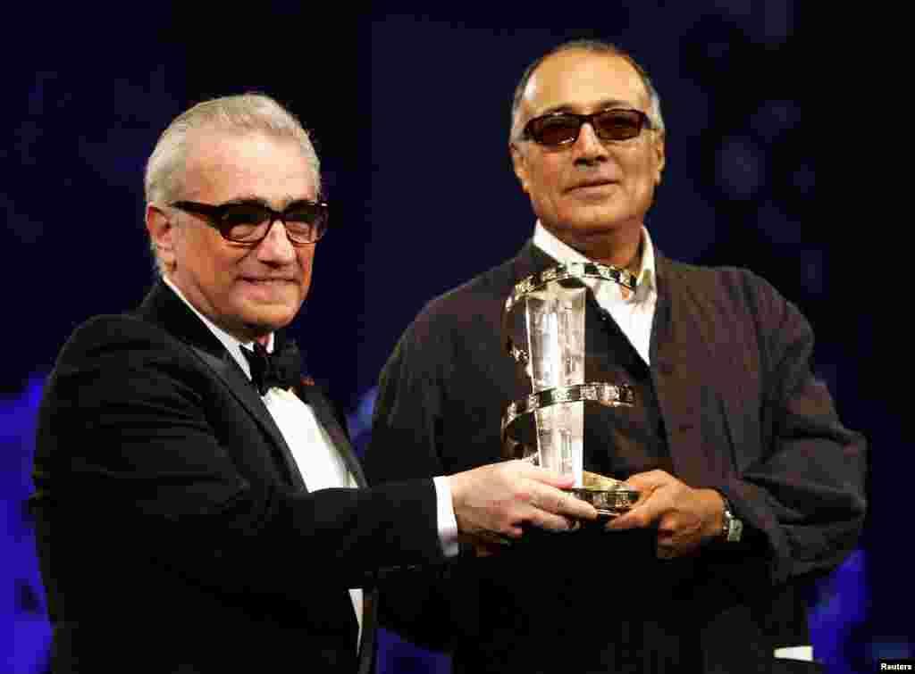 عباس کیارستمی از دست مارتین اسکورسیزی،کارگردان نامدار آمریکایی، جایزه ای در پنجمین فستیوال بین المللی فیلم مراکش (۲۰۰۵) دریافت می کند