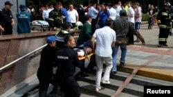 Ռուսաստան - Շտապ բուժօգնության աշխատակիցները օգնություն են ցուցաբերում մոսկովյան մետրոյում վթարից տուժածներին, 15-ը հուլիսի, 2014թ․