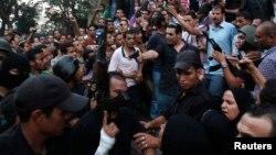 """Полицейлер мен әскерилер Каирдегі әл-Фатх мешітіне бекінген """"Мұсылман бауырластар"""" қозғалысының мүшелерін ұстап әкетіп барады. 17 тамыз 2013 жыл"""
