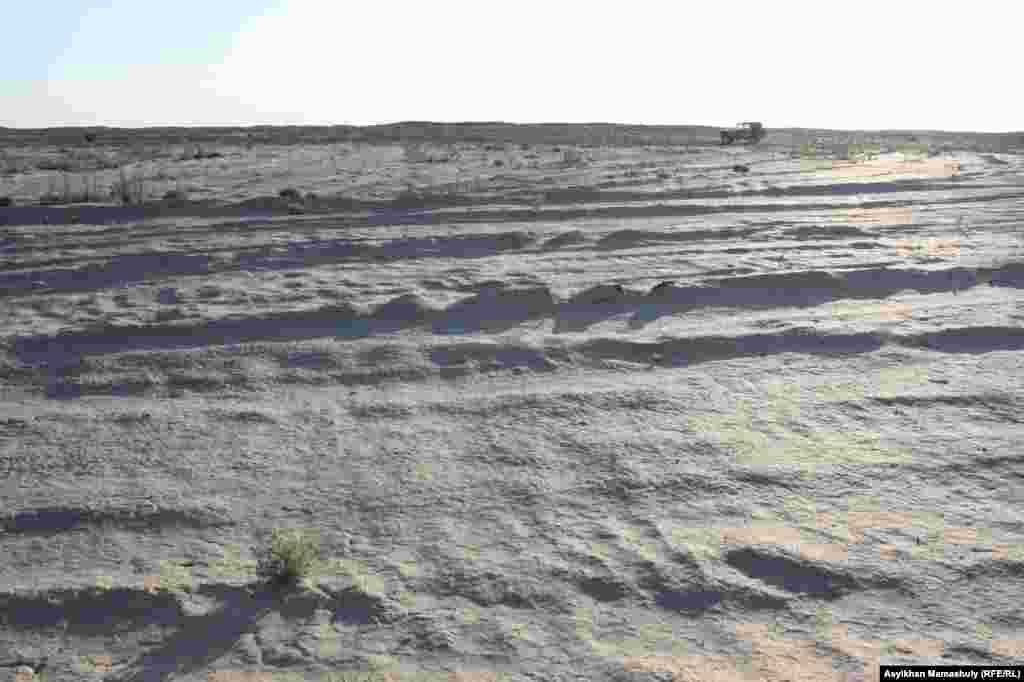 2006 жылы «Днепр» зымыраны құлап, гептил төгілген жердегі шұңқыр трактормен тегістелген. Көмекбаев ауылы бұдан 39 шақырым жерде орналасқан.