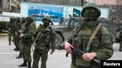 Крымдын аймагындагы куралчандардын көбү расмий белгиси жок формачан жүрүшөт. 1-март, 2014 -жыл.