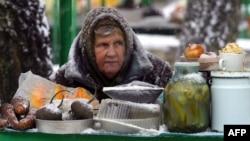 Женщина продает овощи в России на улице. Архивное фото.