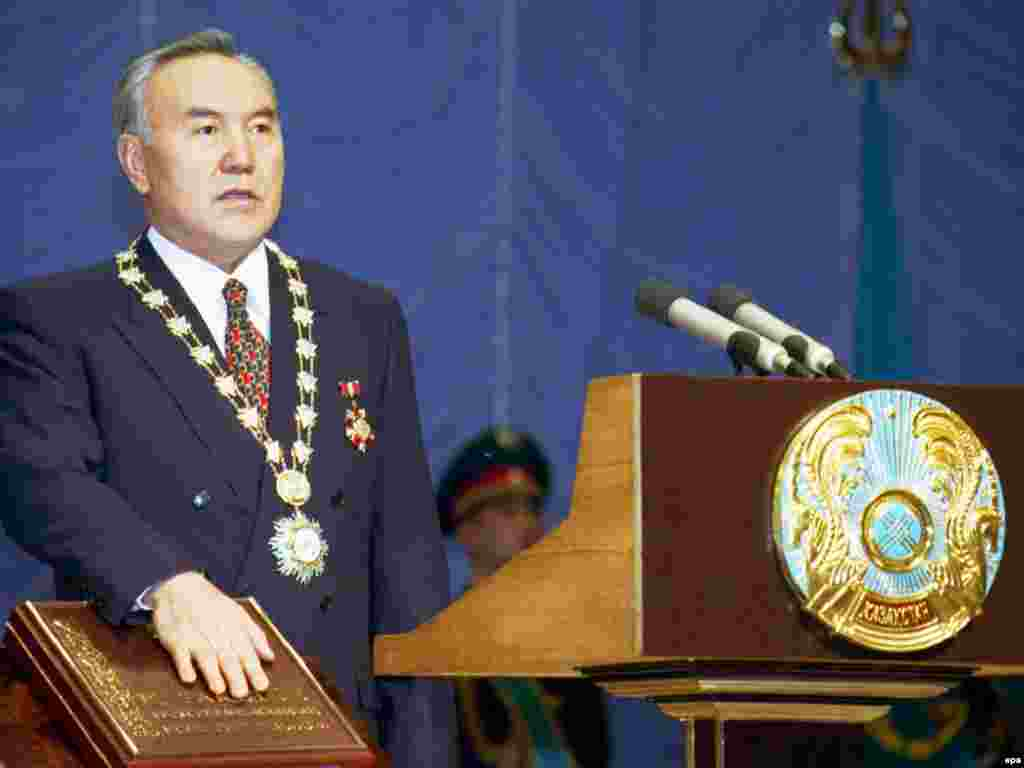 За последние 27 лет всенародные президентские выборы в Казахстане проходили пять раз - в 1991, 1999, 2005, 2011, 2015 годах. Выборы 1999, 2011, 2015 года были досрочными. На снимке: переизбранный президент Казахстана Нурсултан Назарбаев на инаугурации. Астана, 20 января 1999 года.