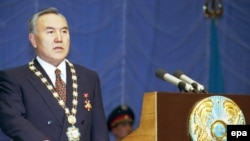 Президент Казахстана Нурсултан Назарбаев принимает присягу на своей инаугурации, положив руку на текст Конституции Казахстана. В январе 1999 года он был избран на семилетний срок. Астана, 20 января 1999 года.