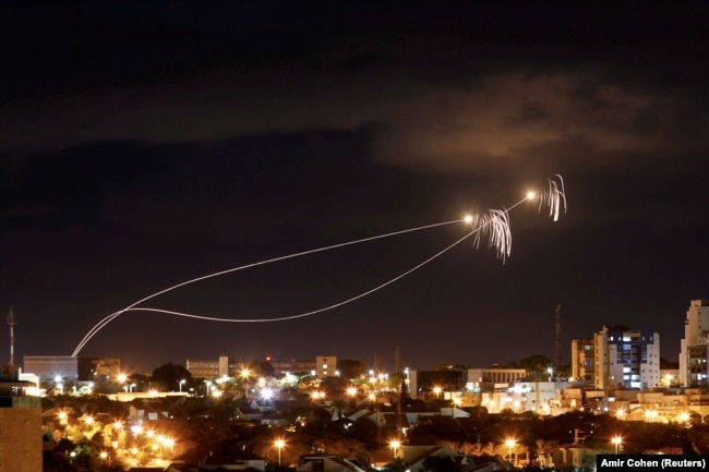 """Израильская противоракетная система """"Железный купол"""" перехватывает ракеты, выпущенные из сектора Газа, 27 октября 2018 года"""