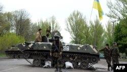 Ուկրաինա - Ուկրաինացի զինվորականները Սլովյանսկի մոտ գտնվող հսկիչ անցակետում, 29-ը ապրիլի, 2014թ․
