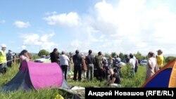 Люди разбили палатки рядом с местом, где предполагается начать строительство