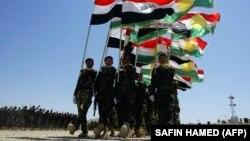 Курды пад сьцягамі Іраку і нацыянальнымі сьцягамі Курдыстану, архіўнае фота