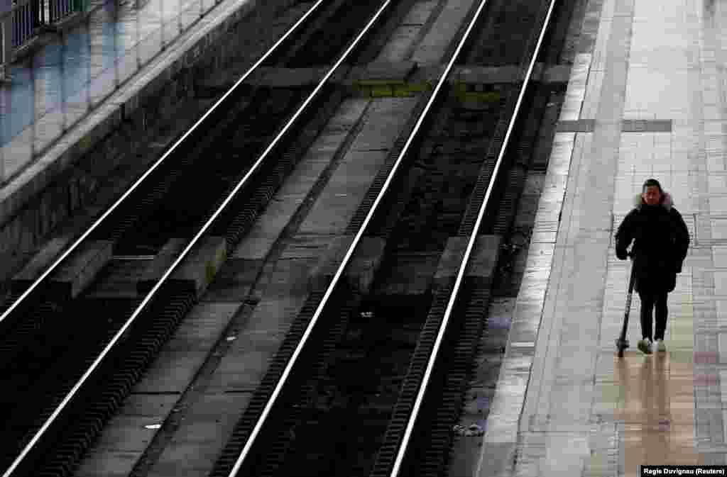 Štrajkom će najteže biti pogođen sektor saobraćaja, otkazuju se letovi, vozovi i autobusi i najveći dio pariške metro mreže neće raditi.Željeznica SNCF očekuje da će devet od deset brzih vozova biti otkazano.