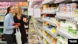 Мәскеу супермаркетінде тауар қарап жүрген әйелдер. (Көрнекі сурет)